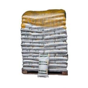 En palle med traepiller 6 mm i 10 kg sække, god til pilleovn